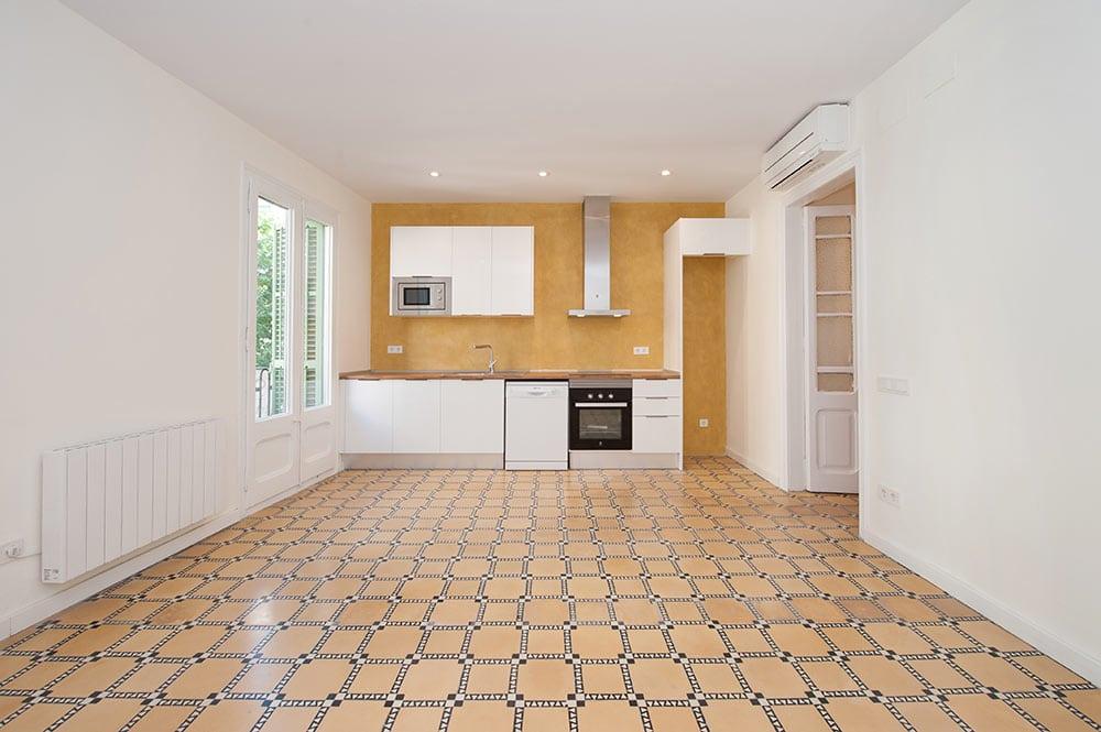 Cocina con pared de microcemento en color anaranjado tierra