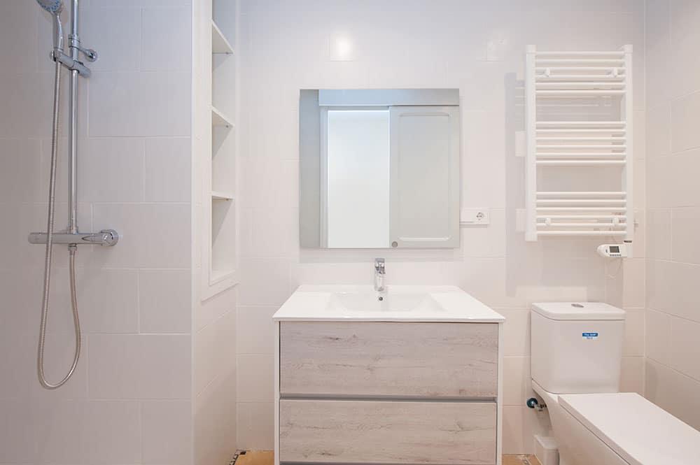 Reforma de baño de un piso para alquilar. Sincro