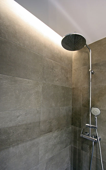 Foseado con tira LED en la ducha. Reforma baño Sincro.