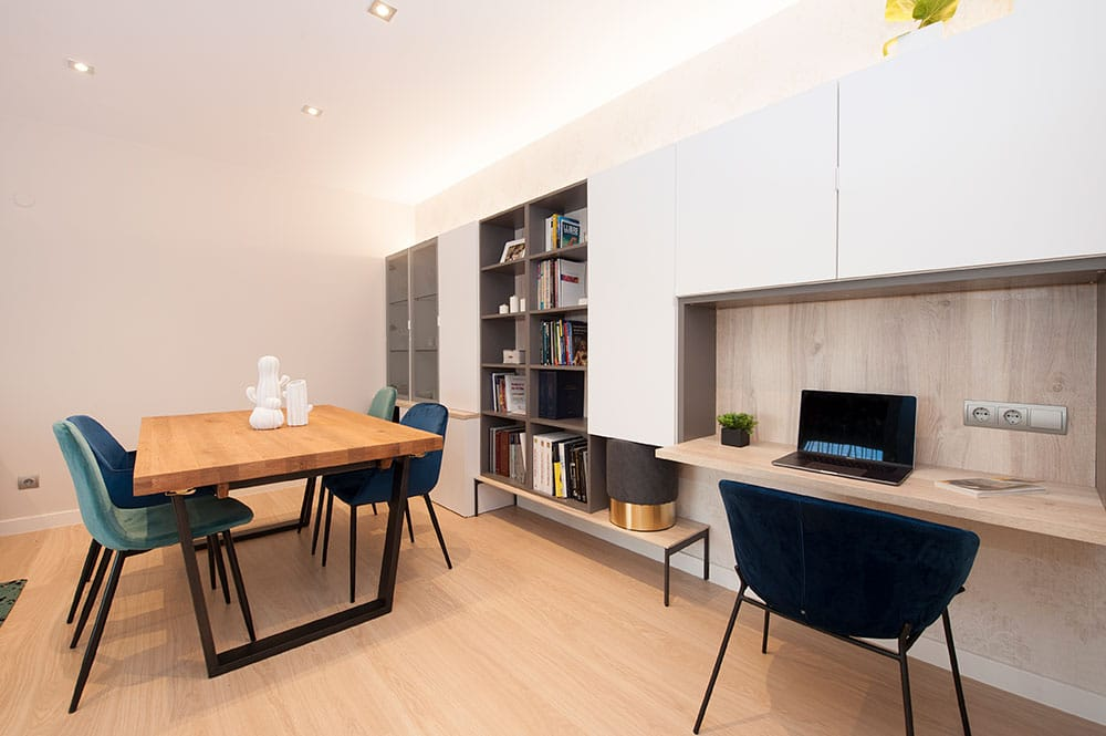 Mueble salón con despacho, almacenamiento, libreria y vitrina.