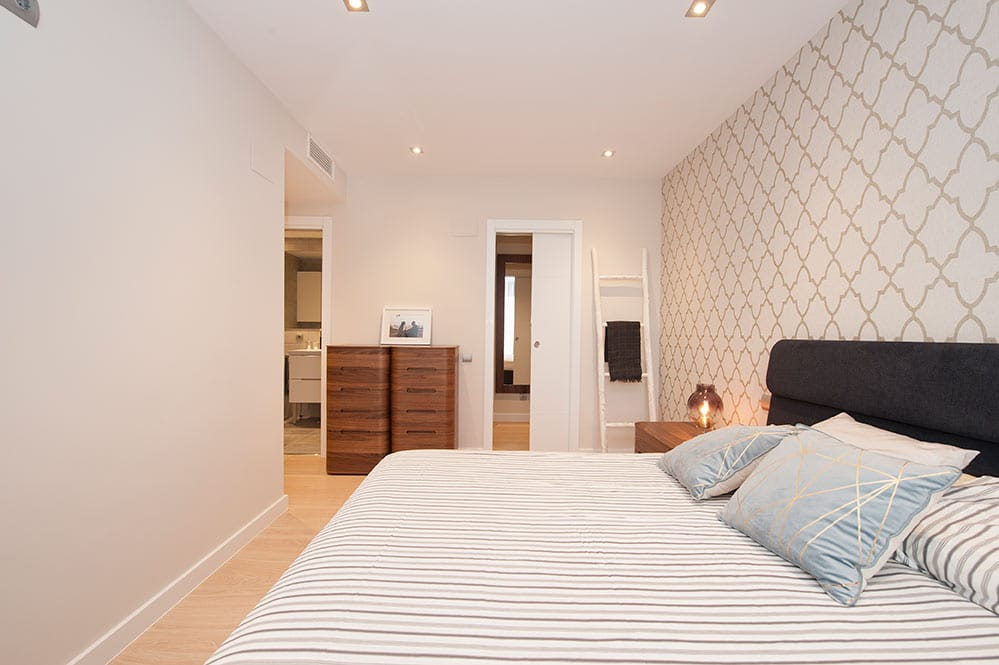 Dormitorio con baño privado y vestidor