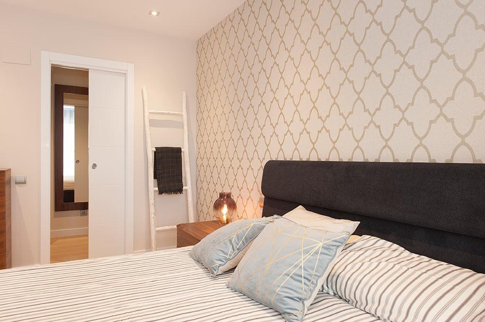 Papel pintado en pared dormitorio - Proyecto de decoración Sincro