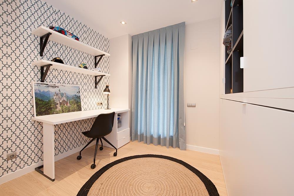 Dormitorio juvenil chico con papel pintado