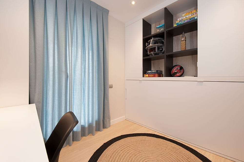 Armario con cama abatible integrada en habitación juvenil de chico