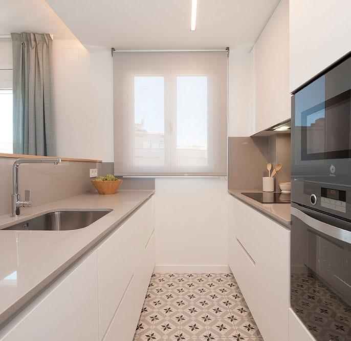 Estores enrollables screen de color gris en la cocina. Diseño interior Sincro
