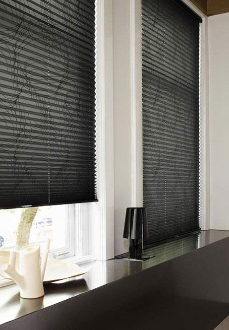 cortinas plisadas de color negro