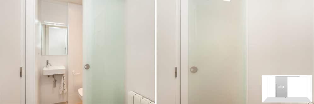 Puerta corredera de una hoja de cristal translúcida en el aseo. Reforma de piso Sincro.