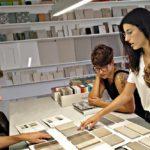 Diseñadores de interiores sincro seleccionando muestras para un proyecto de reforma