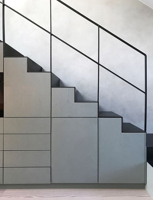 Armario bajo escalera con puerta abatibles