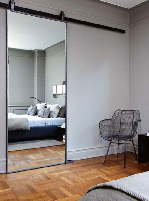 Dormitori amb porta corredissa vista amb mirall incorporat