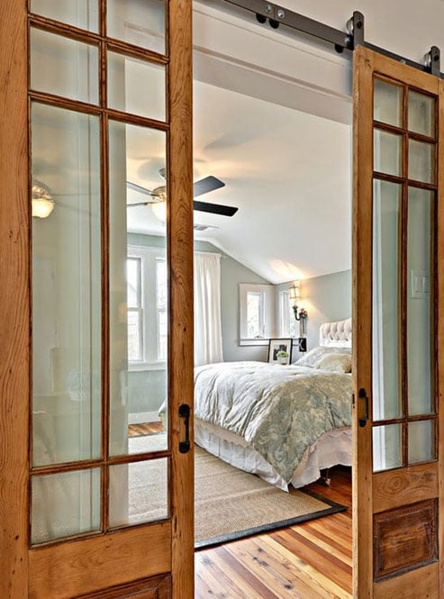 Porta corredissa vista de doble fulla fabricada amb fusta i vidre - Dormitori