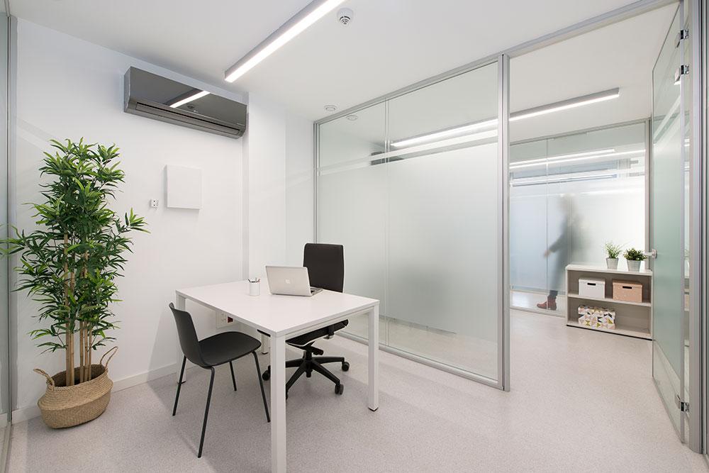 Vista oficina con divisores translúcidos