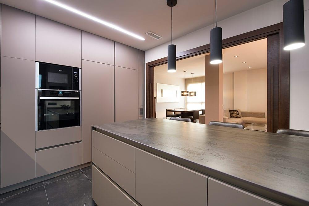 Cocina semi abierta con puerta correderas de doble hoja