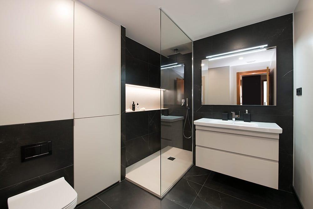 Baño en blanco y negro elegante y sofisticado