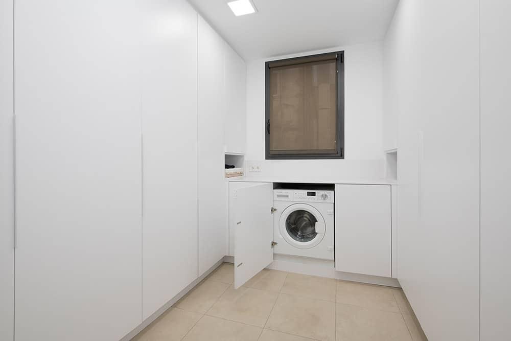 Lavadero con armarios lacados en blanco