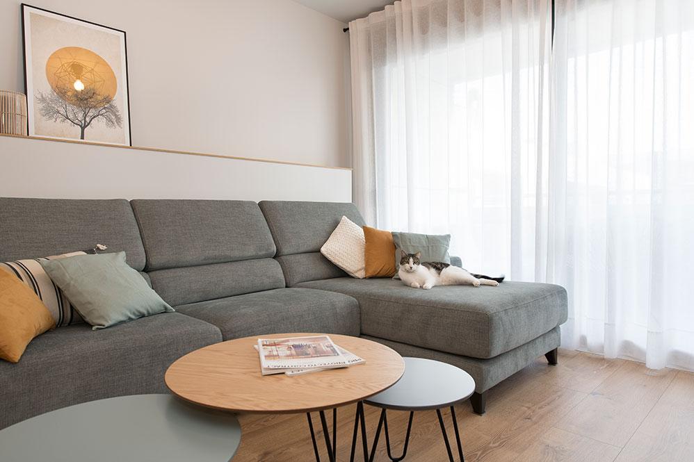 Sofá chaise Longue gris con gato