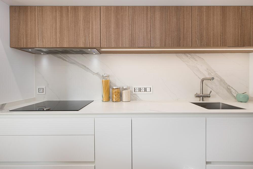 Frente de cocina en blanco (inferior) y madera (mueble superior)