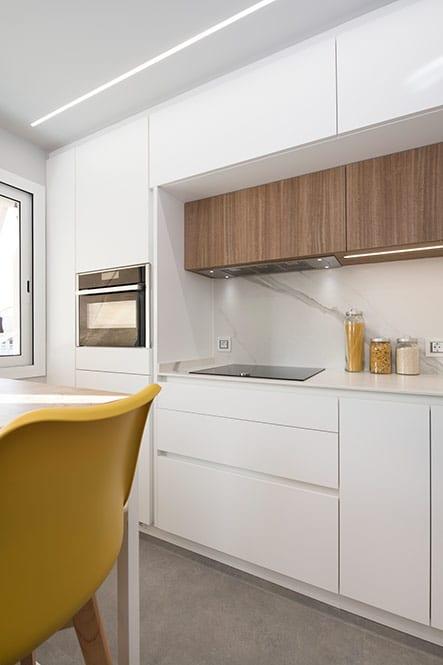 cocina enmarcada con espacio de almacenamiento de suelo a techo