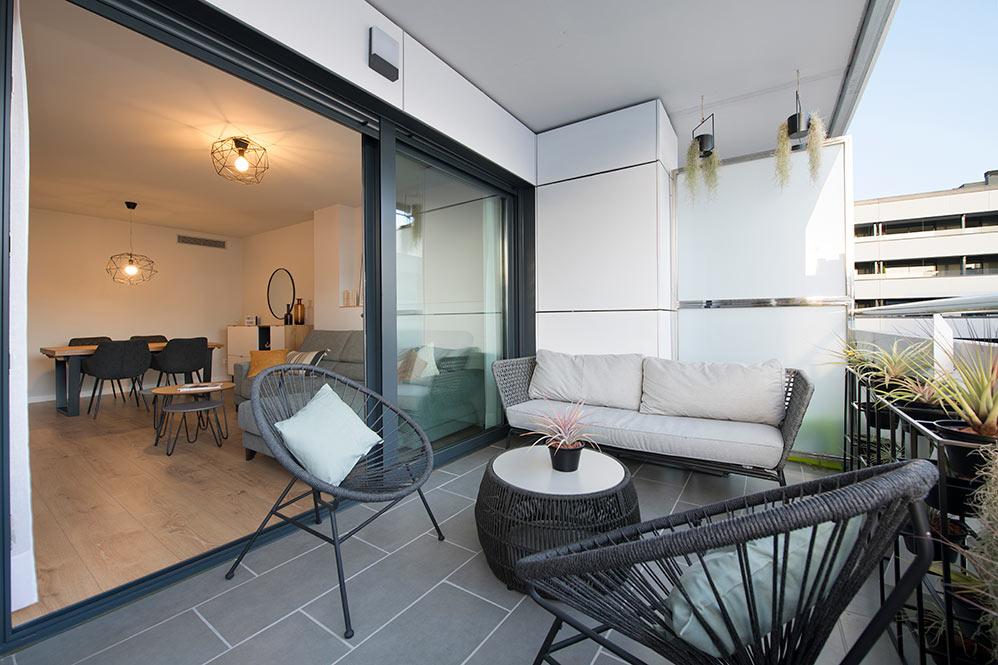 Terraza de un piso amueblada en color negro y gris. Sincro interioristas