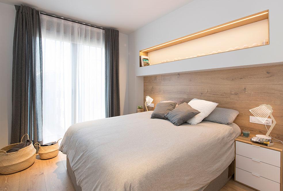 Cabecero de cama fabricado con lamas de parquet. Y en la parte superior hornacina horizontal construida con pladur.