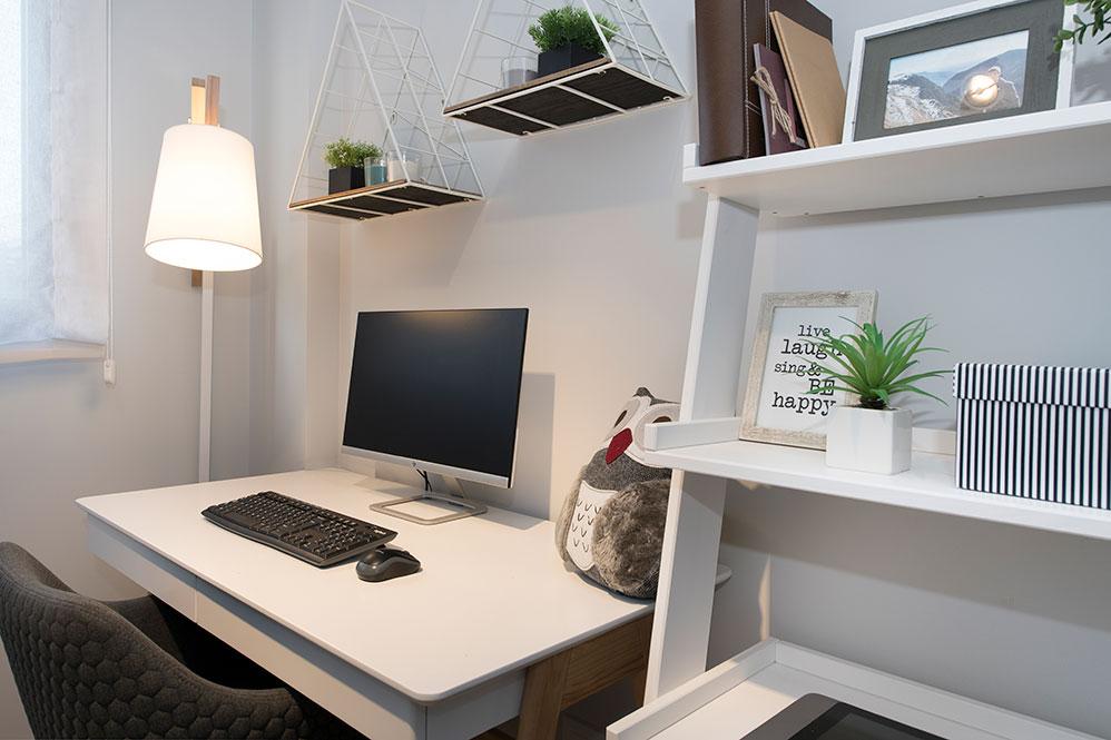 Escritorio y estanterías zona trabajo piso