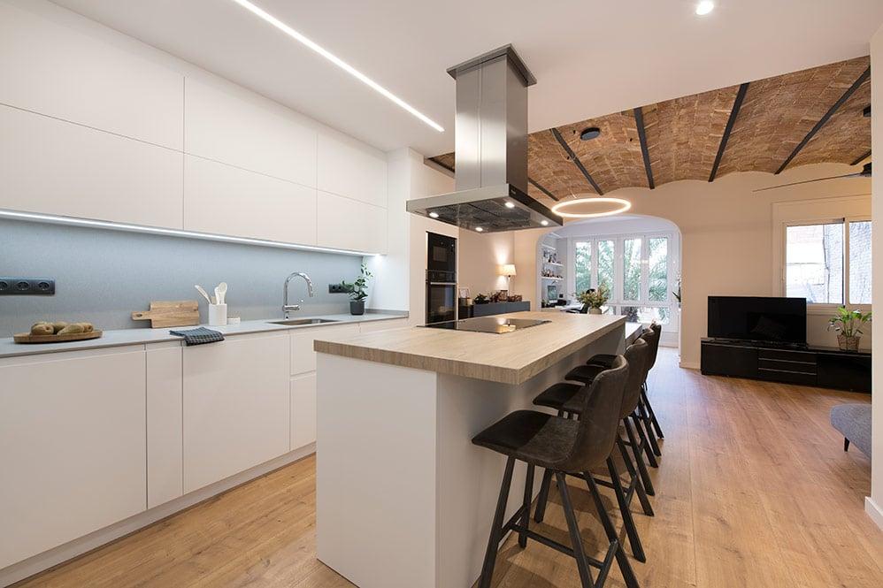 Cocina con isla en piso con bóveda catalana