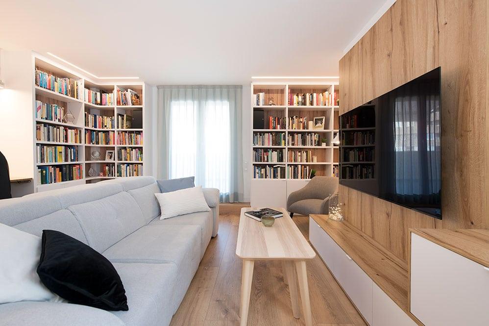 Zona de sofá para ver la TV con comodidad