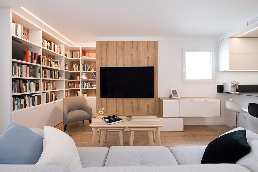 Vista del mueble de la televisión y estanterías con libros en el salón