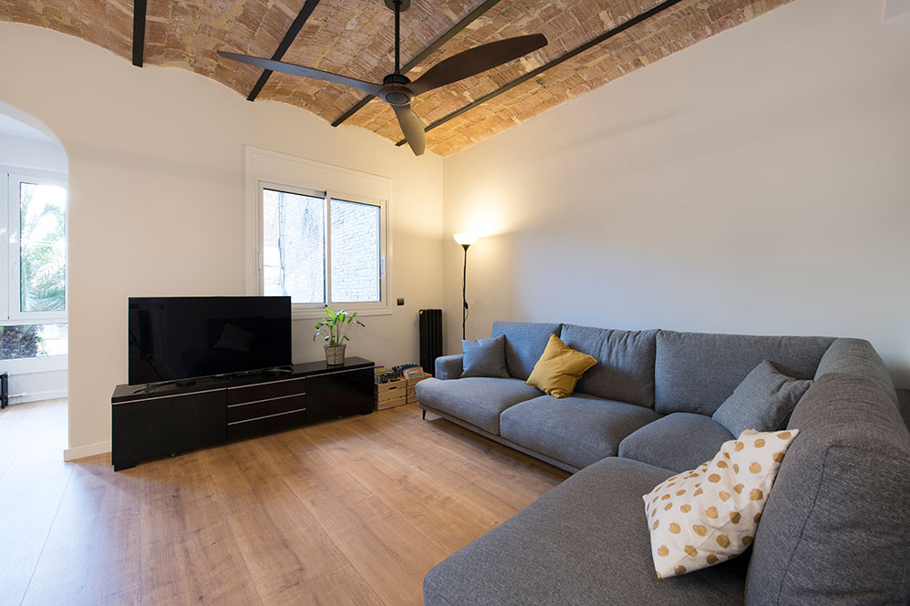 Sofá rinconero en un salón con bóveda catalana