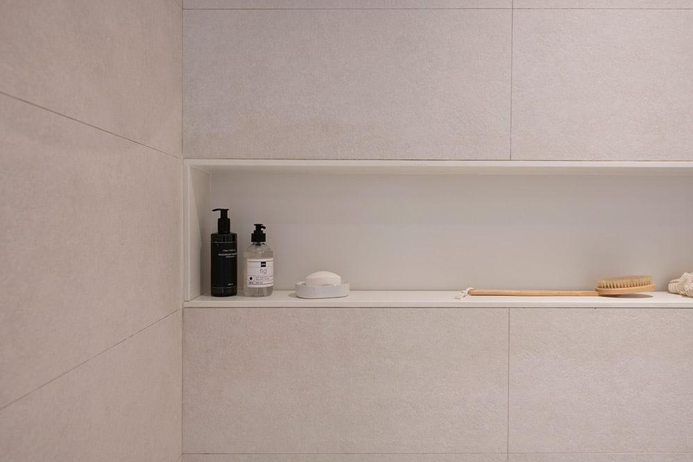 Hornacina en baño de color blanco