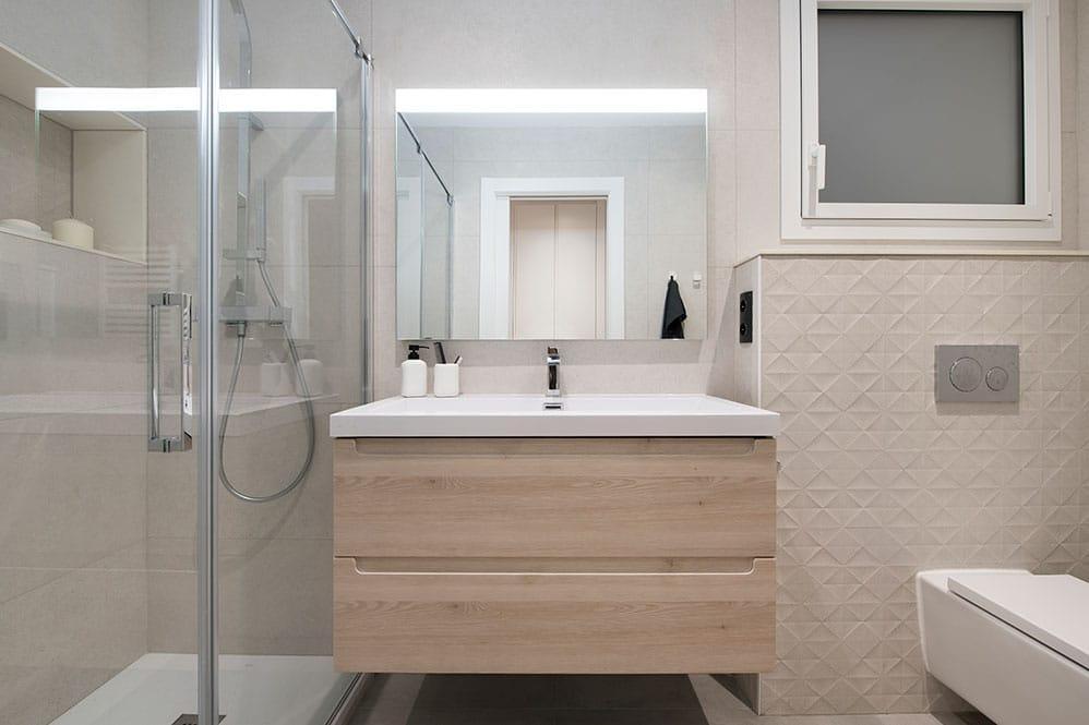 Mueble de lavabo de madera tonos claros.