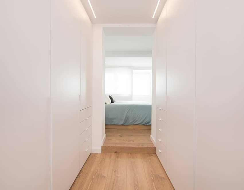 Armarios Vestidor en dormitorio en acabado blanco.