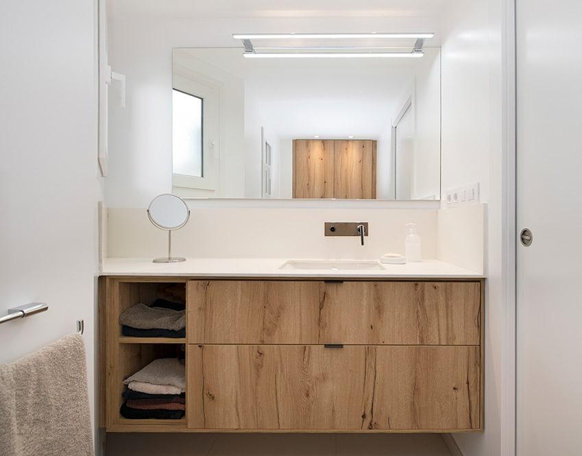 Mueble de baño a medida Tegar con acabado de madera