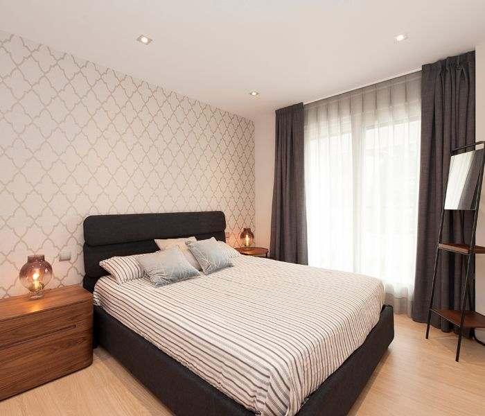 Dormitorio principal con papel pintado. Proyecto de mobiliario y decoración Sincro.