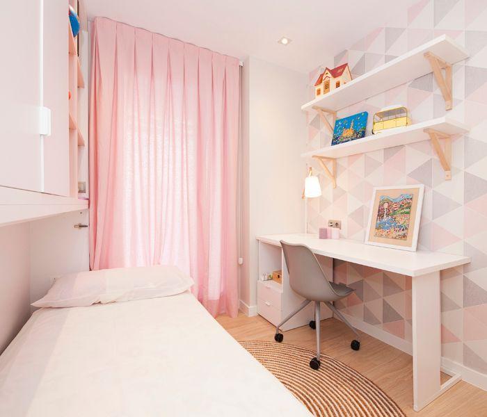 Dormitorio juvenil chica con papel pintado geométrico rosa y mobiliario: escritorio, silla, mueble cama abatible.
