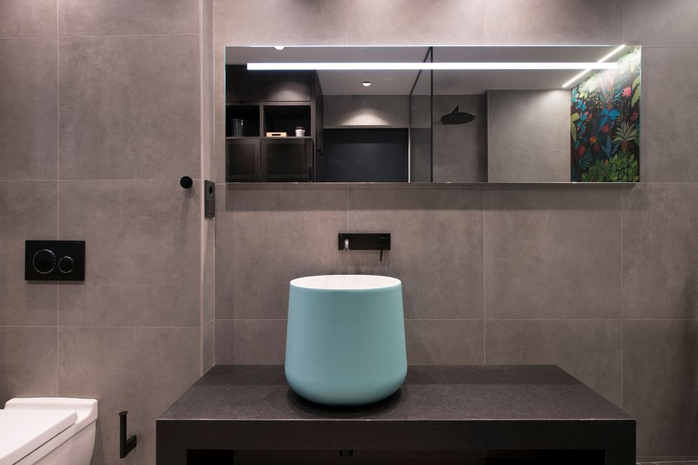 Lavabo sobre mueble de Hidrobox de color turquesa.