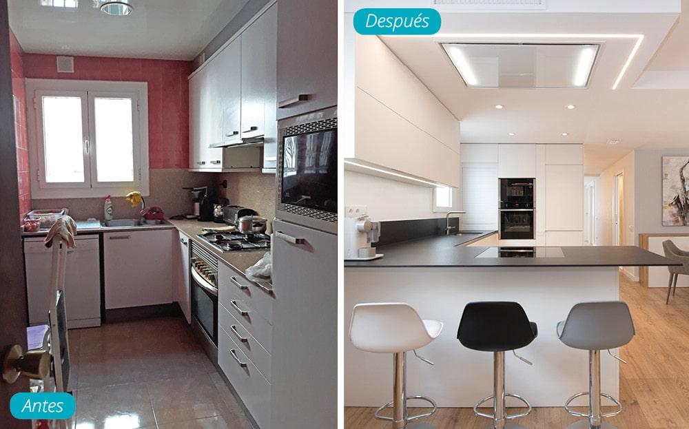Antes y después reforma de cocina moderna en blanco y encimera negra. Barra con taburetes. Sincro