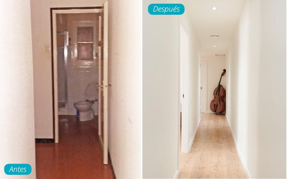 Antes y después pasillo reformado. Parquet tono claro y paredes en blanco.