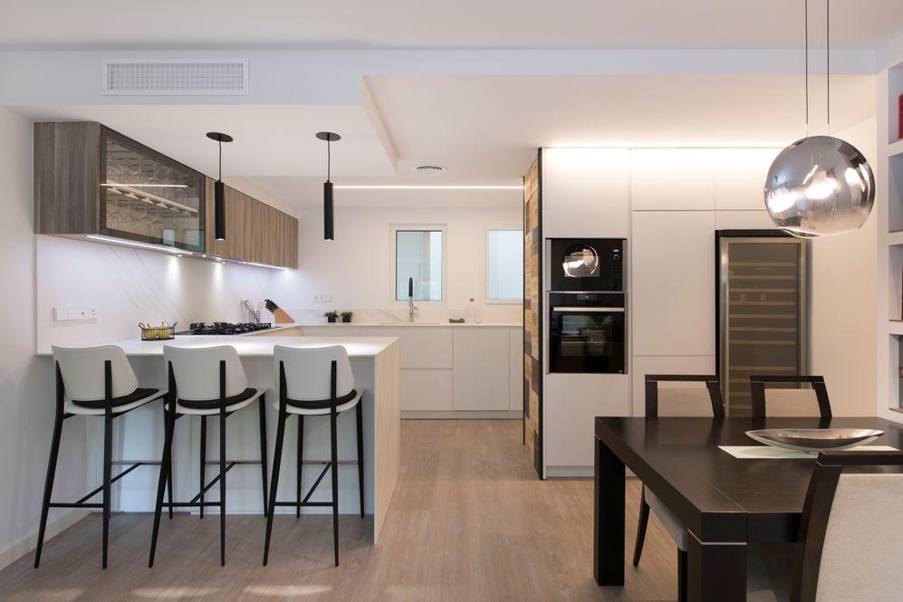 Cocina y comedor. Se observa armarios columna con electrodomésticos y vinoteca grande
