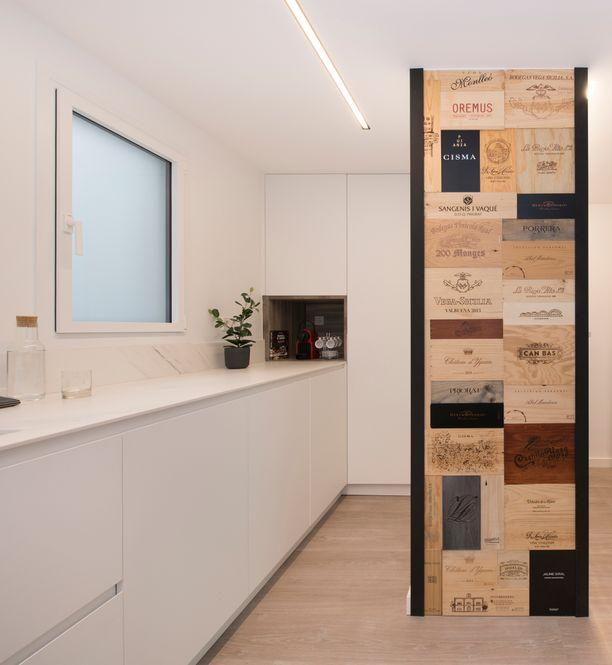 Mural personalizado compuesto por cajas de vino. Decoración cocina