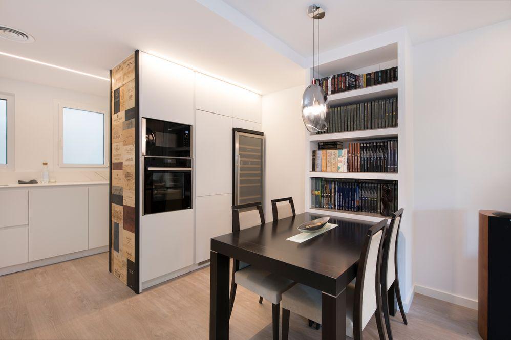 Comedor con librería con estantes construidos con pladur