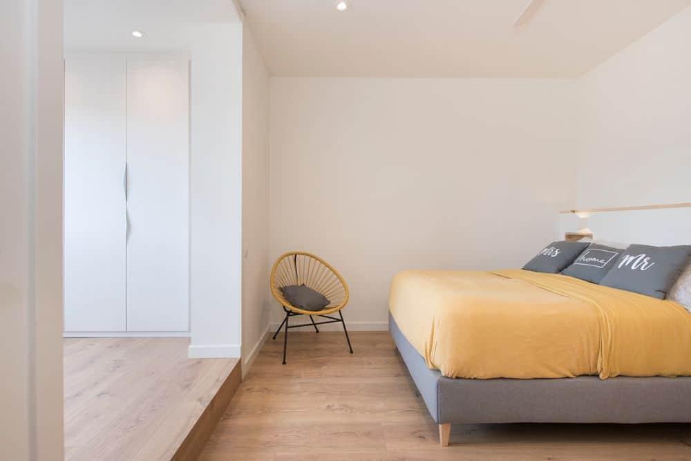 Dormitorio con zona de vestidor. Reforma piso en Barcelona - Sincro