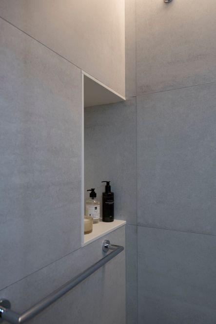 Hornacina pequeña y toallero dentro de la ducha