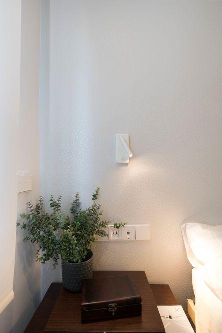 Pared de cabecero cama con mural vinílico Vescom. Y aplique con luz focal
