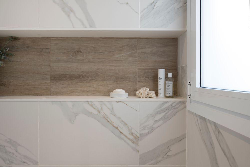 Hueco pared ducha para jabones con baldosa imitación madera y mármol blanco