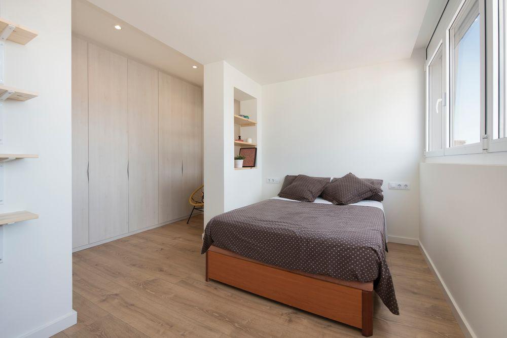 Dormitorio de invitados con separador vestidor