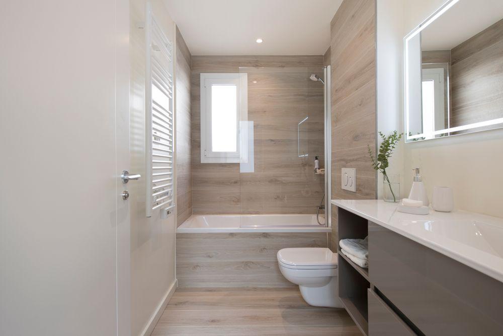 Baño con baldosa imitación madera. Reforma Sincro en Barcelona