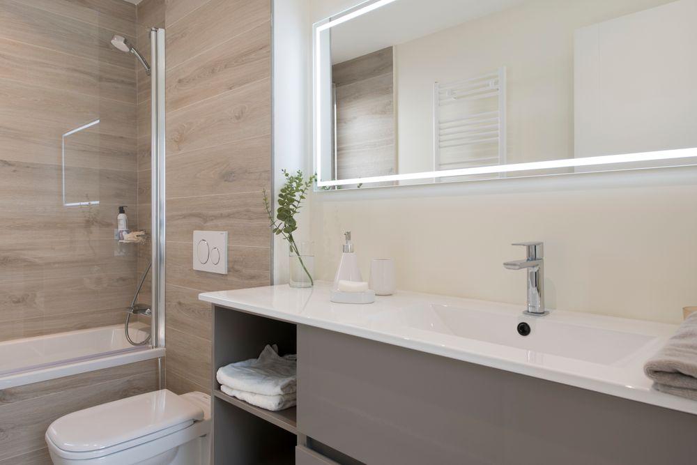 Conjunto mueble lavabo en gris y blanco.