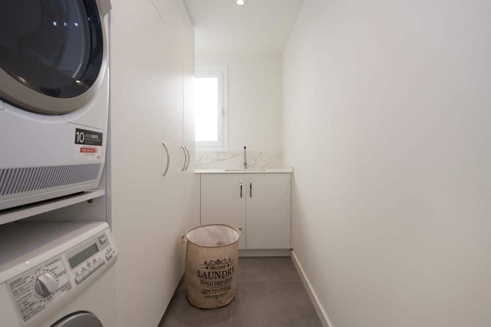 Cuarto de lavado con mobiliario Tegar en tonalidades blancas