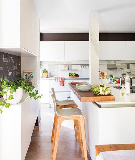 Cocina con isla dos niveles para barra para comer.